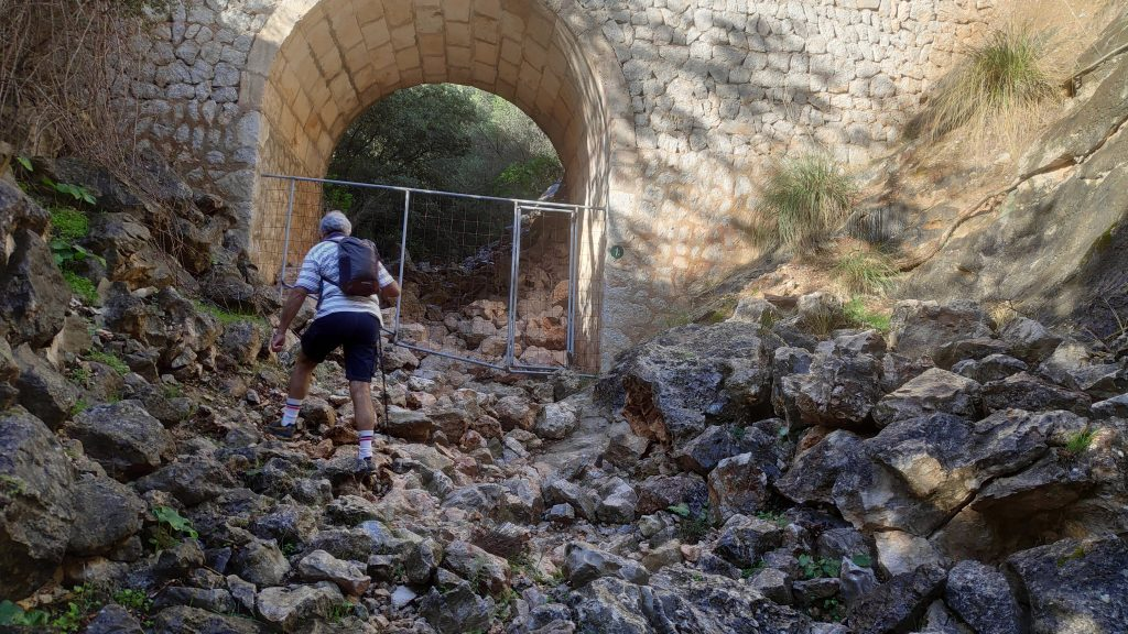 Cruzando el torrente de la Ruta  Pas d'en Bisquerra desde Monnáber