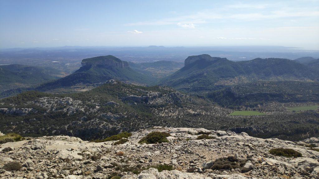 Vistas desde la cima sur Puig de sa Rateta en la Ruta los Tres Miles desde Orient