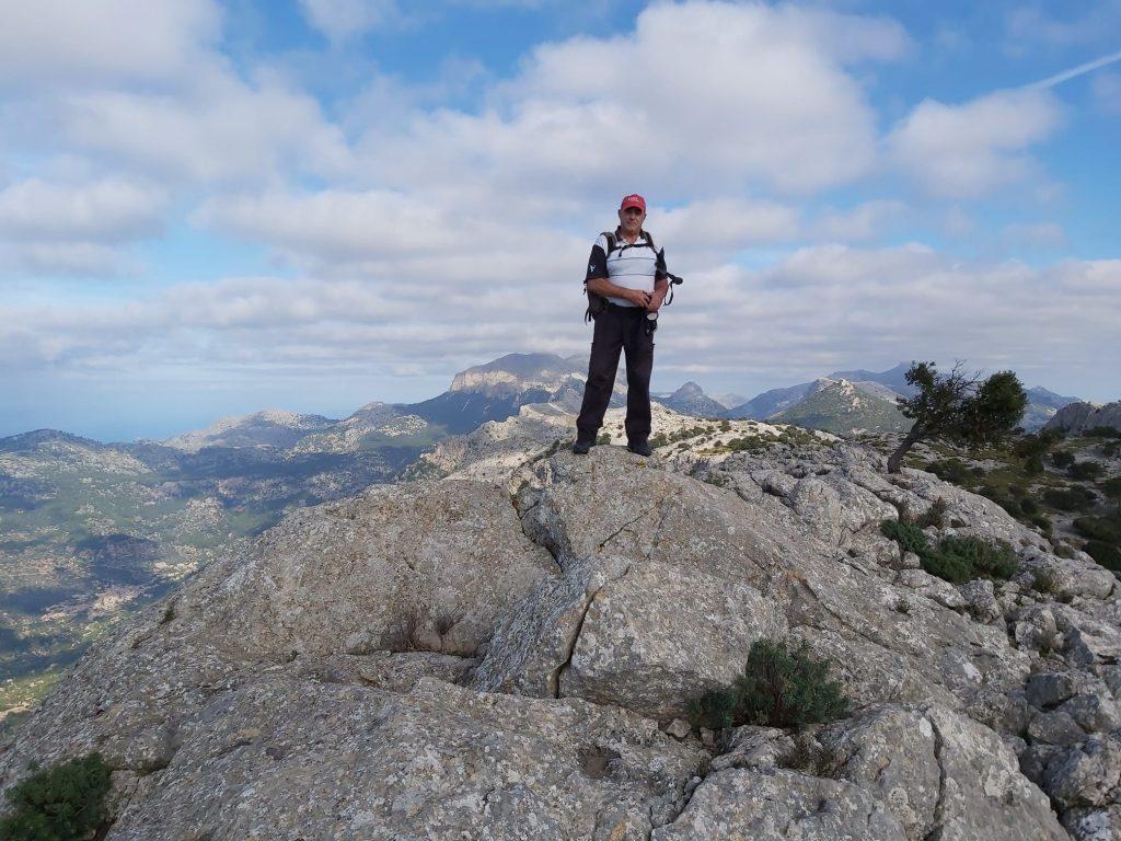 En lo alto de una de las cimas del Puig de Alfàbia