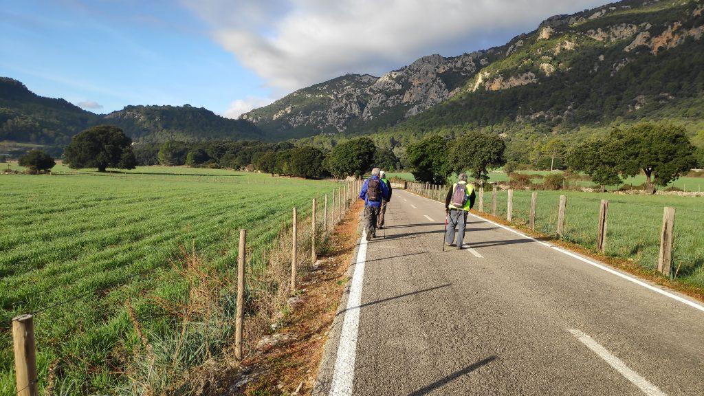 Caminando por la carretera Orient-Bunyola de Mallorca