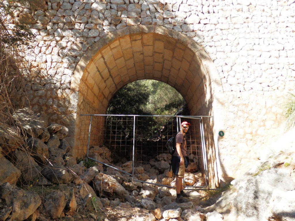 Caminando por el torrent d'en Carros en la Ruta Puig d'en Costurerer