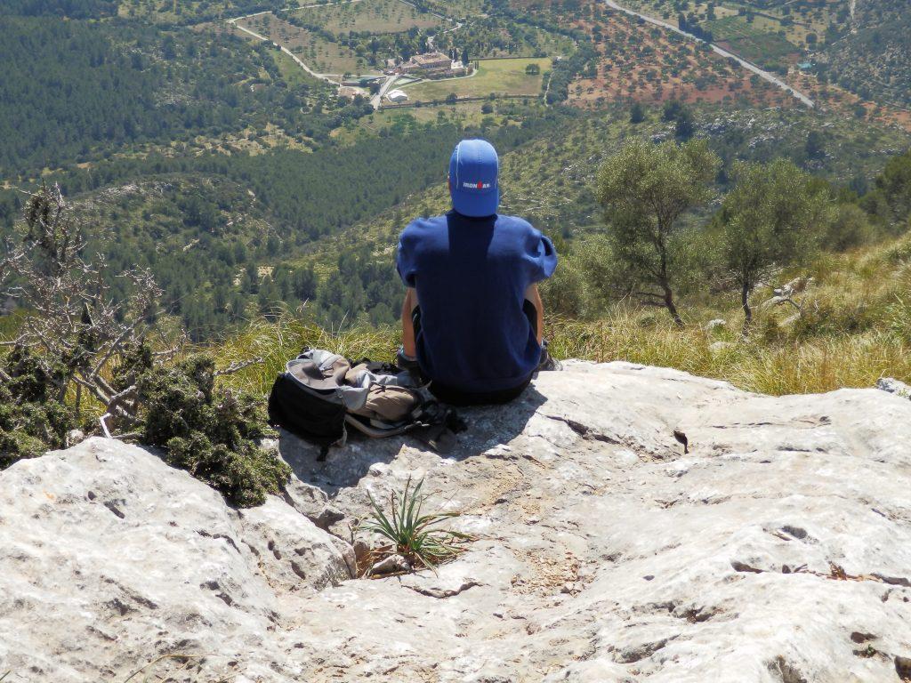 Mirando la vista en la Ruta Puig de Na Fátima