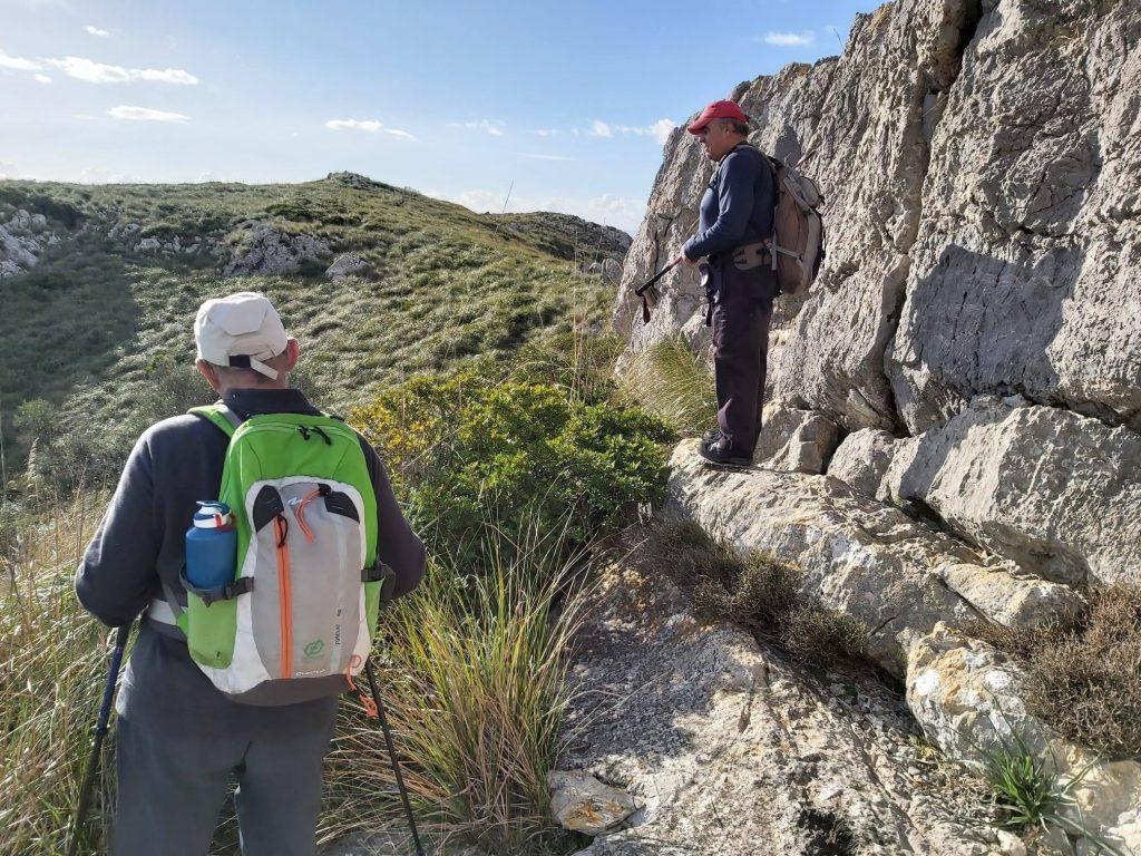 Cruzando un tramo rocoso en la Ruta de la Sierra de Son Fe