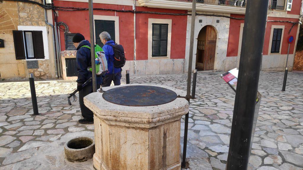 Caminando por la Plaza Cabrit i Bassa en Mallorca