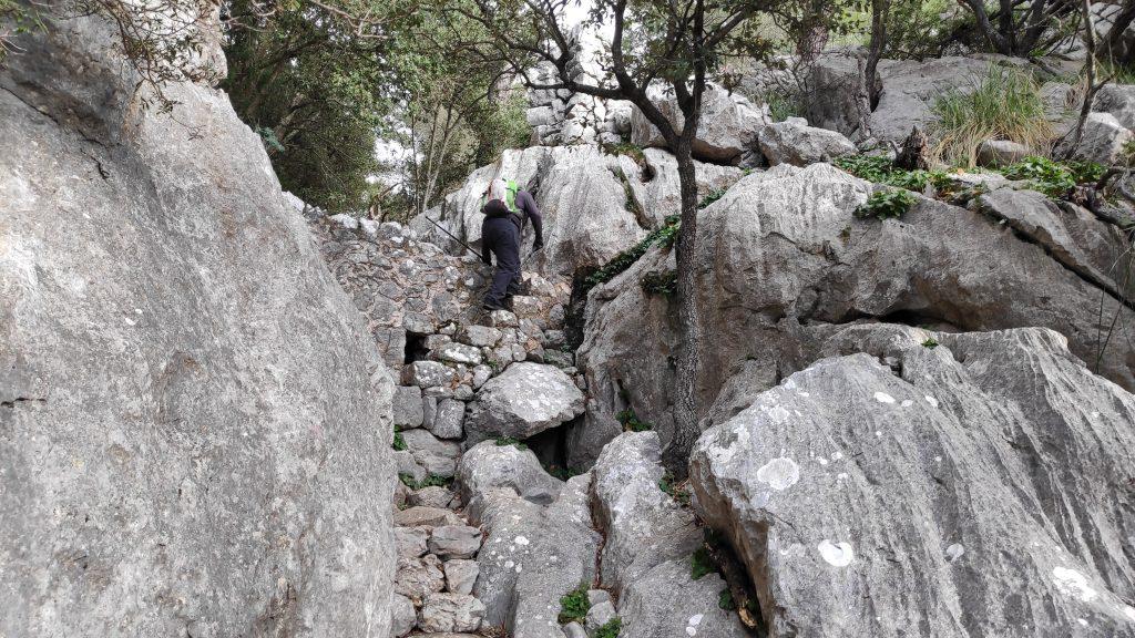 Superando el Pas de s' Escaleta en la ruta Castillo de Alaró-Otra variante-