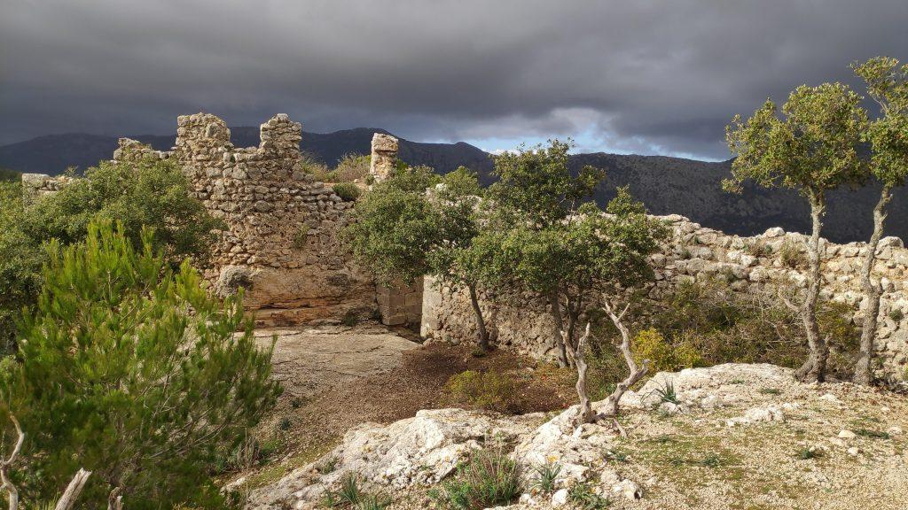 Ruinas de la muralla norte en la ruta Castillo de Alaró-Otra variante-