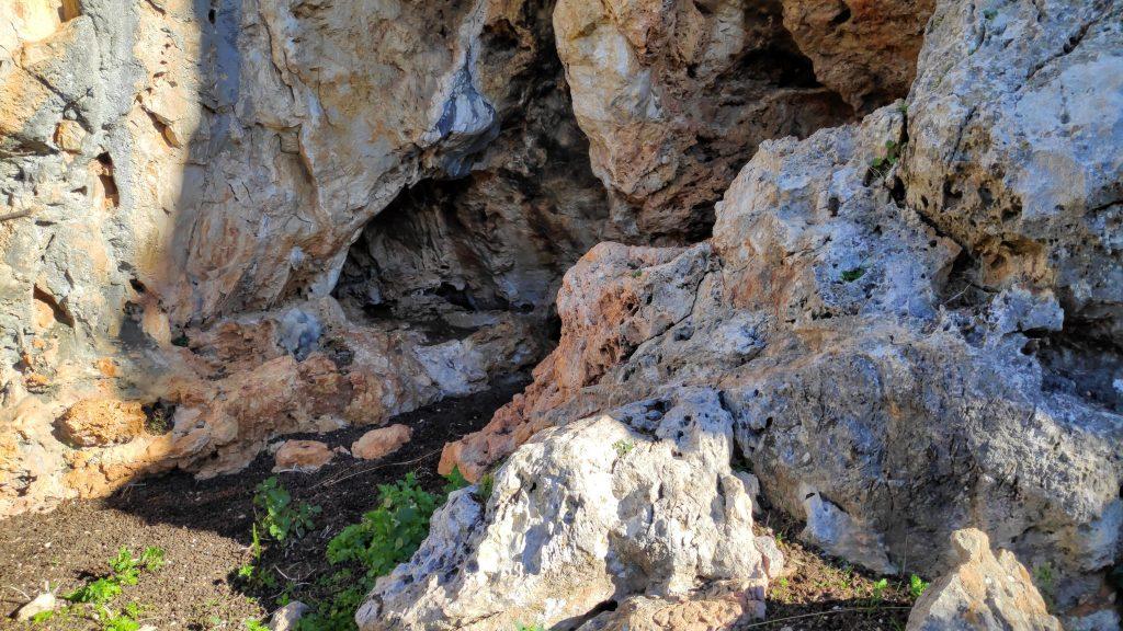 Pequeña cueva en la ruta Puig de Son Vila-Ses Covassas