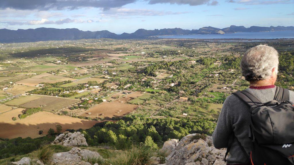 Mirando la Bahía de Pollença desde la Ruta de la Sierra de Son Fe